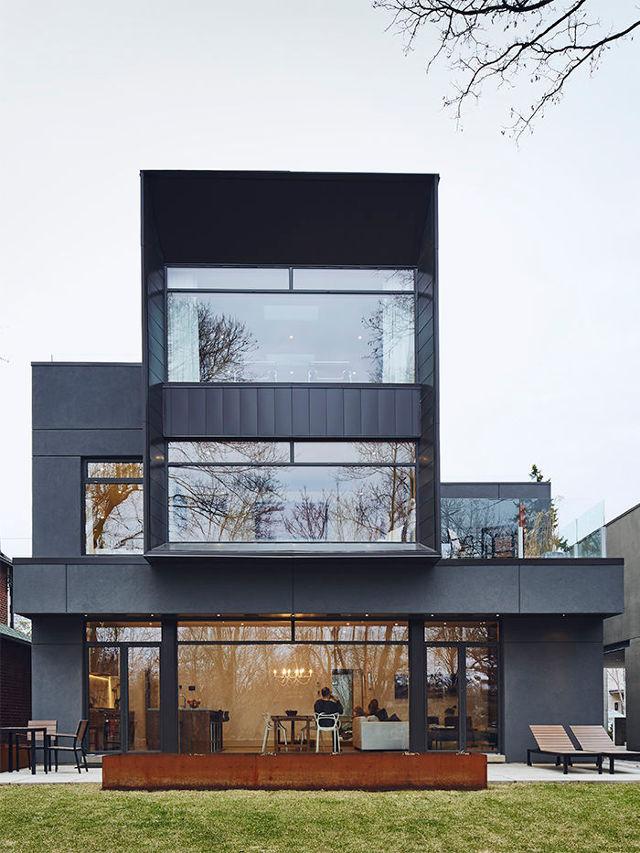 Фасад дома в стиле хай-тек из алюминиевых панелей