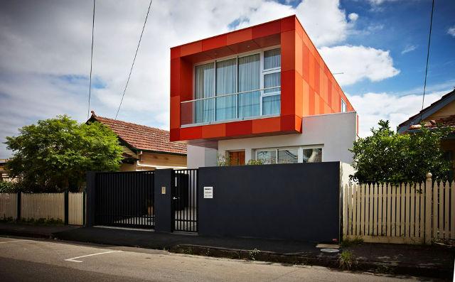 Фасады броских цветов отлично смотрятся на современных домах