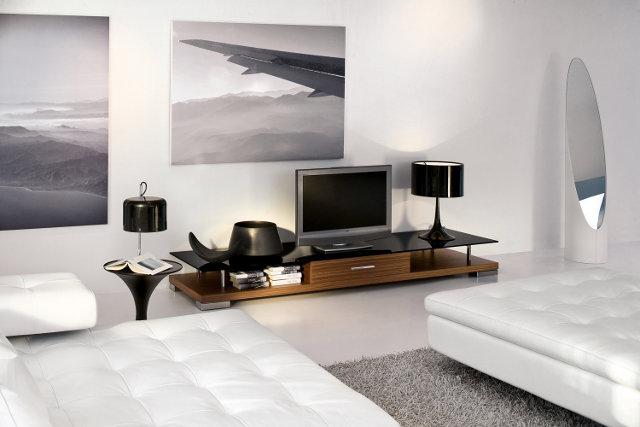 Постеры на стене гостиной только подчеркнут современный стиль помещения
