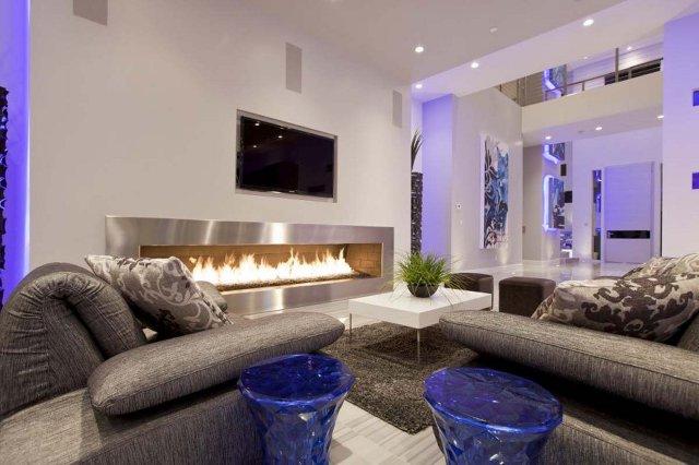 Гостиная в современном стиле с камином и оригинальной подсветкой