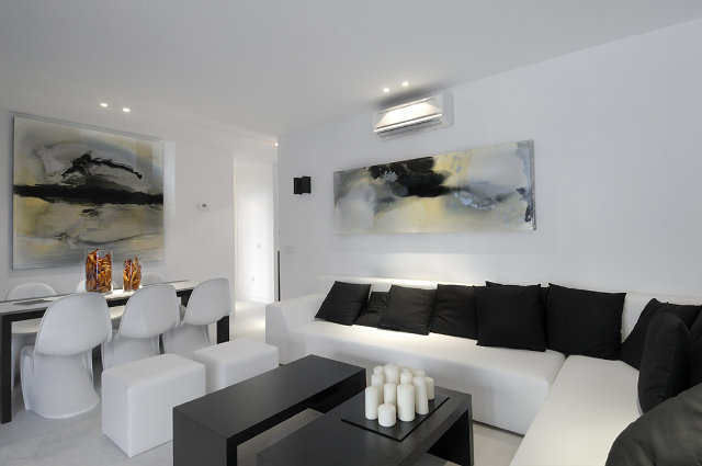 Современная гостиная в черно-белой цветовой гамме