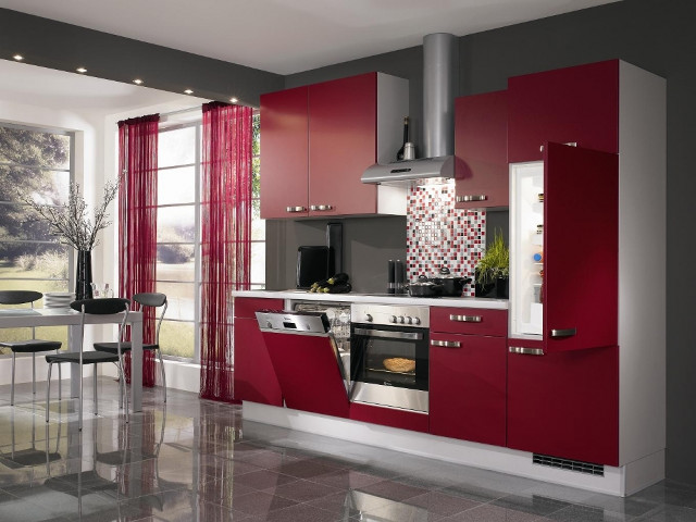 Сочетание серых тонов в интерьер и бордовой кухни