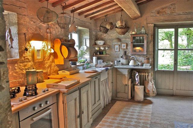 Дизайн просторной кухни в деревенском стиле