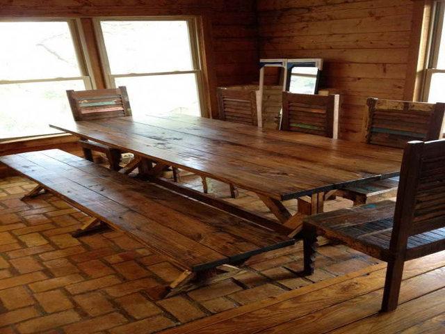Деревянный стол и лавка - незаменимые атрибуты интерьера русской кухни