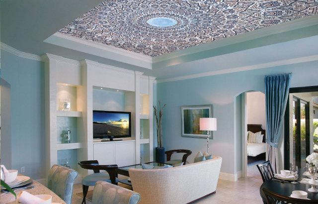 Дизайн гостиной выполненной с использованием потолочной фрески