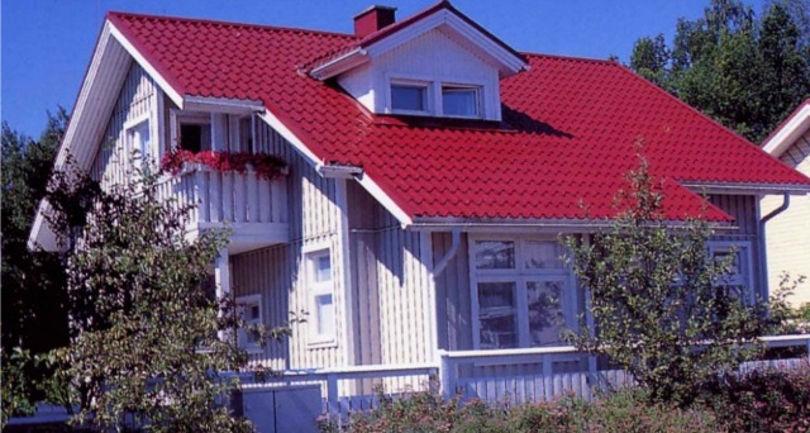 Крыша покрытая красной металлочерепицей