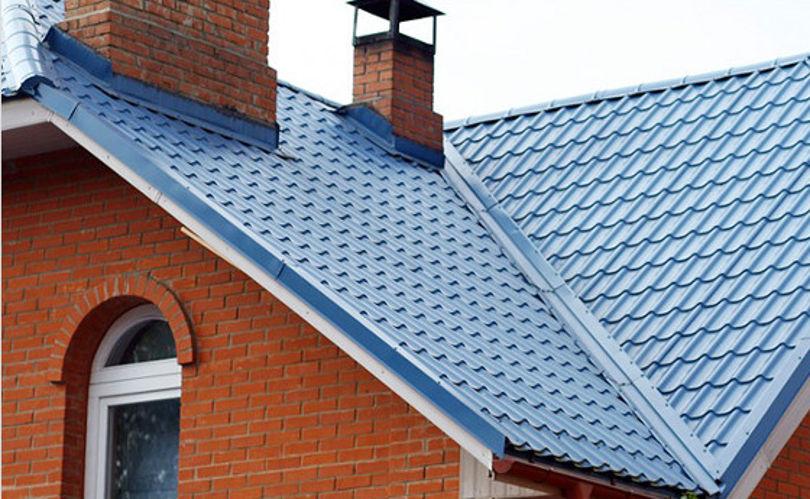 Синяя металлочерипица на доме из красного кирпича