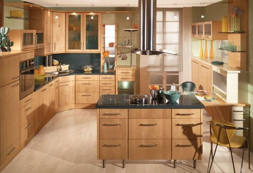 Кухня с большим количеством мест для хранения