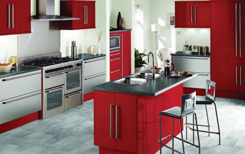 Ярко-красная кухня может утомить