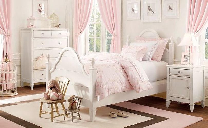 Интерьер детской комнаты для семилетней девочки выполненный в светлой цветовой гамме.