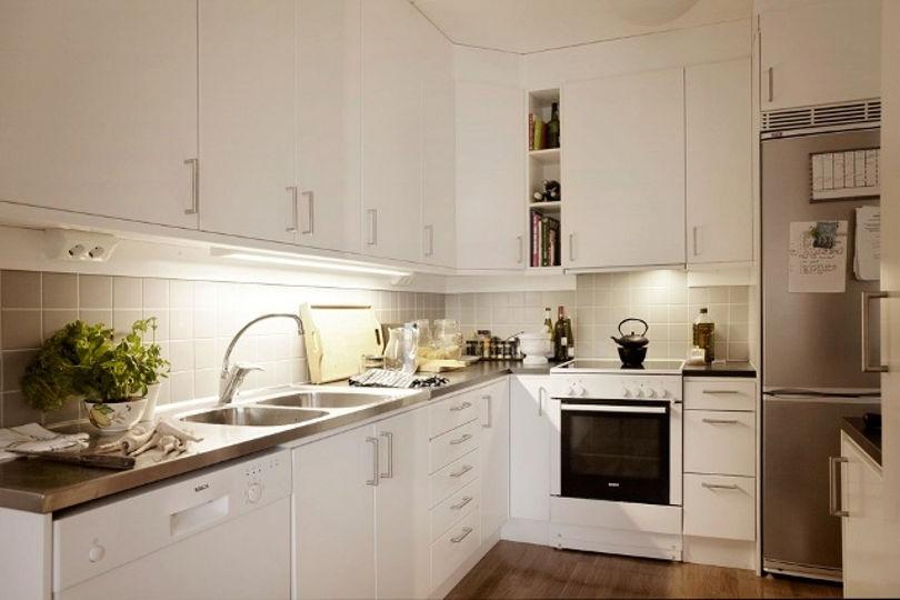 Небольшая кухня белого цвета смотрится очень уютно