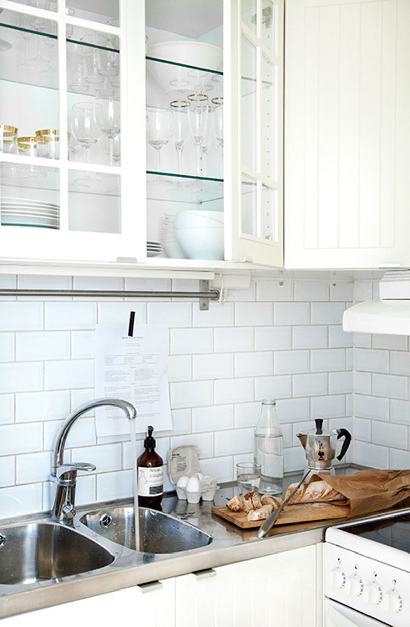 Маленькая кухня выполнена в белом цвете