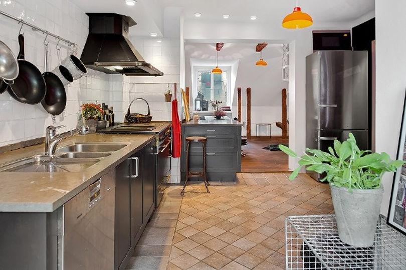 На кухне присутствует только нижний ряд мебели без навесных шкафов