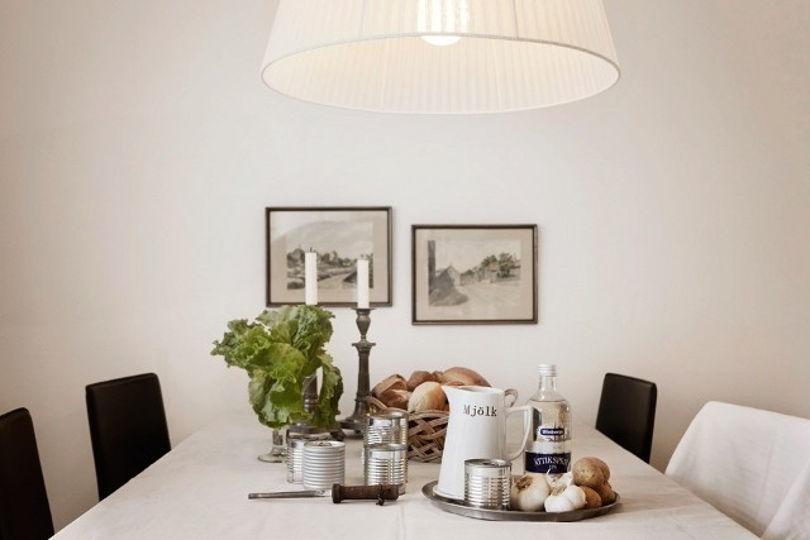 Столовая, как и вся квартира, выполнена в светлых тонах
