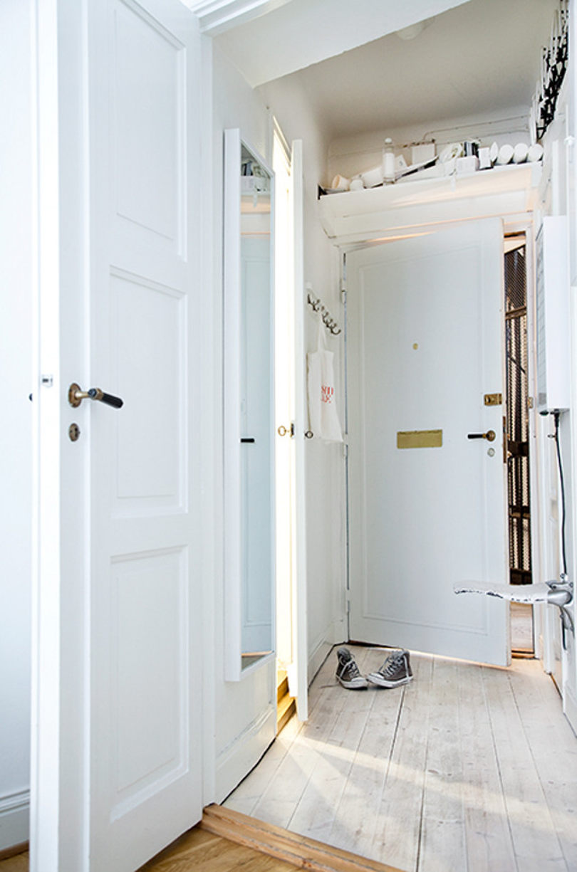 Двери белого цвета в интерьере квартиры
