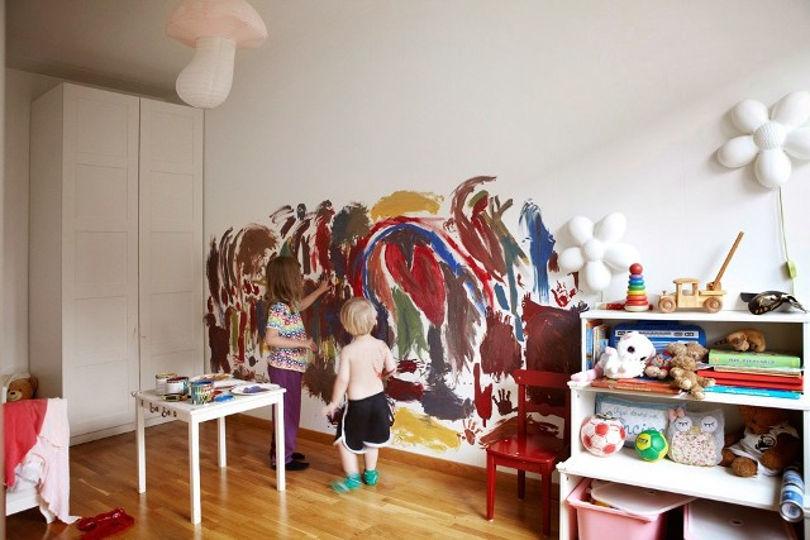 Яркая и красочная детская комната