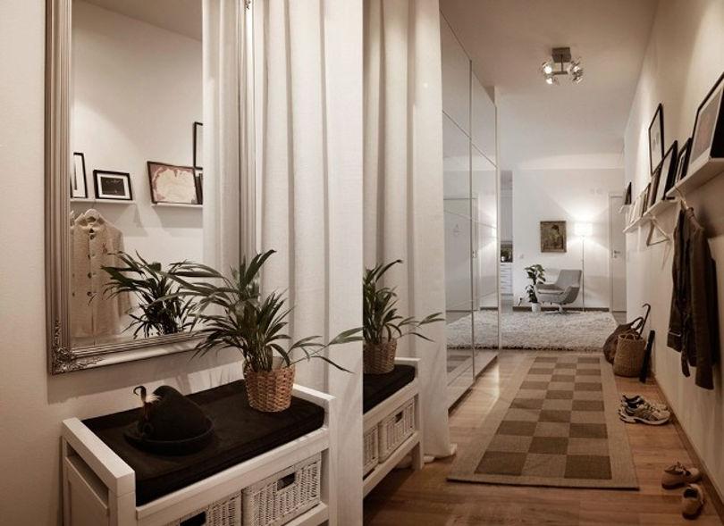 Зеркала визуально расширяют узкий коридор