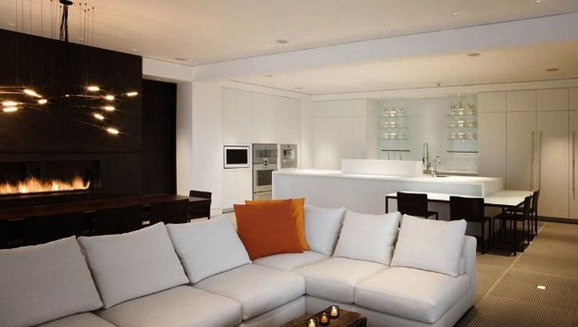 Темная гостиная совмещена с белоснежной кухней