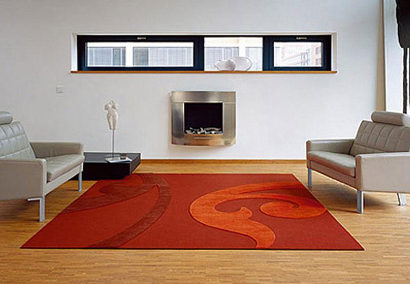 Красный ковер в гостиной с камином