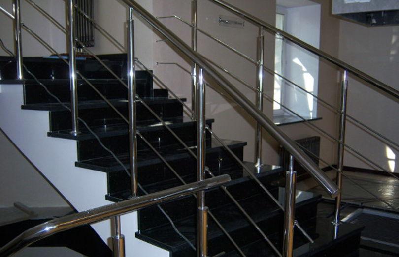Лестница из черного гранита с хромированными перилами