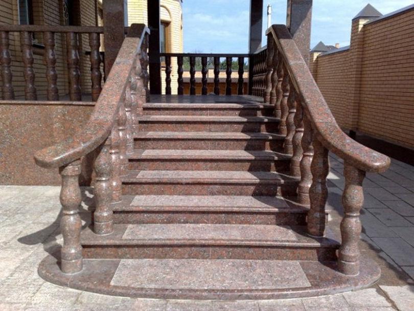 Гранитная лестница на улице