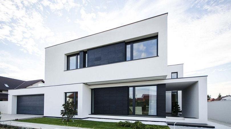 Большой двухэтажный дом в черно-белым фасадом