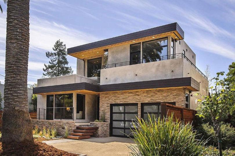 Большой двухэтажный дом с двумя гаражами