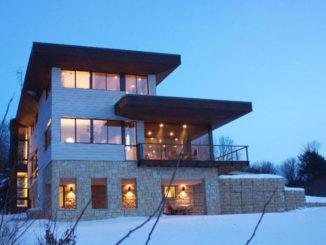 Трехэтажный дом с плоской крышей