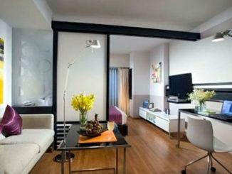 Оригинальная перегородка вместо стены и яркие цветовые акценты делают из этой маленькой квартиры современной и уютное помещение
