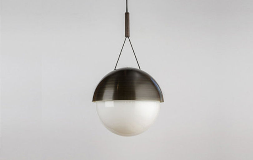 Шаровидный светильник Half Moon от Allied Maker