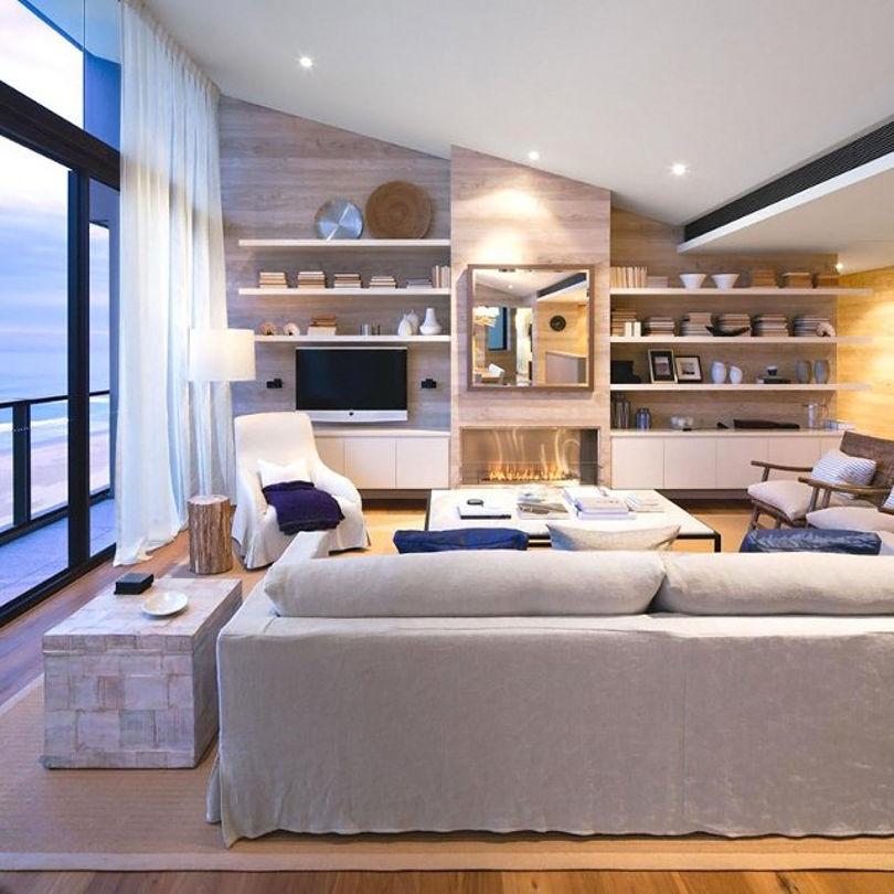 Скошенный потолок напоминает что квартира расположена под крышей