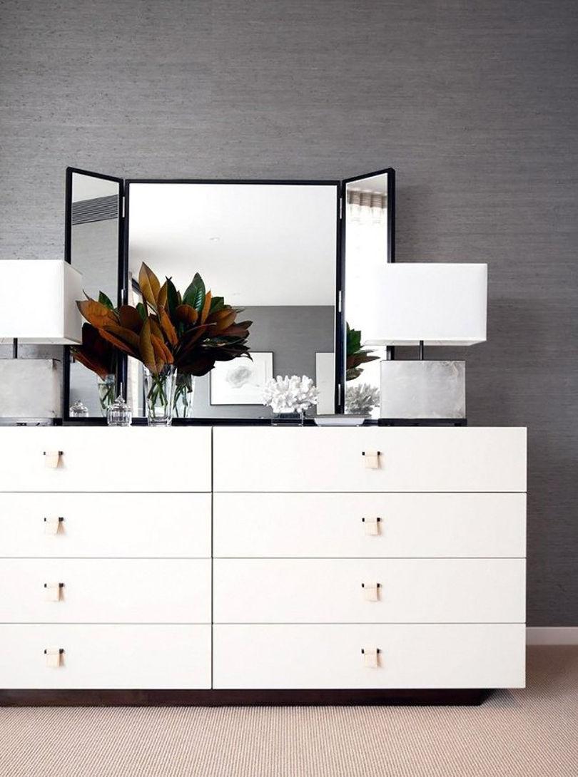 Белое трюмо выполнено  в стиле минимализм