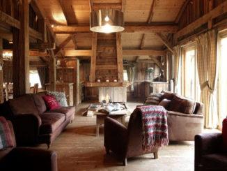 Интерьер гостиной в стиле шале в загородном доме