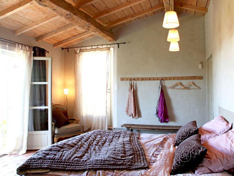 Лаконичный интерьер спальни в мансарде