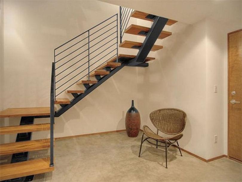 Лестница с деревянными ступенями и перилами из металла