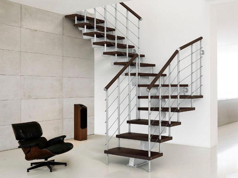 Лестница с деревянными ступенями на металлическом каркасе