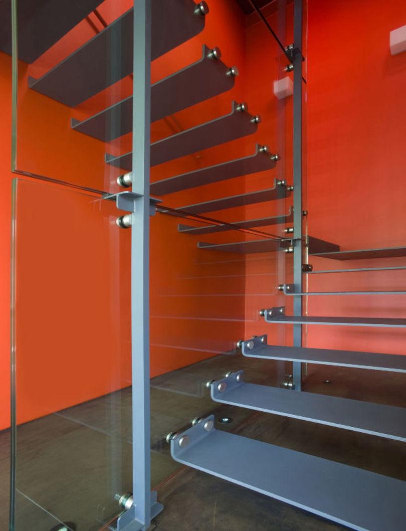 Металлическая лестница с перилами-ограждением из стекла