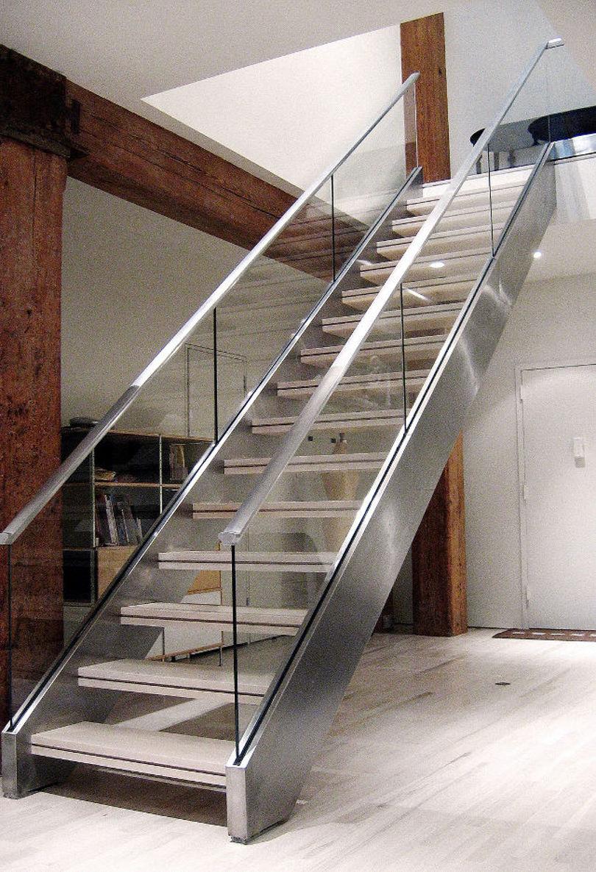 Лестница на косоурах из металла со стеклянными перилами