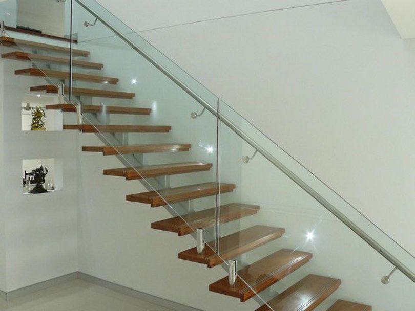 Лестница на металлических косоурах с деревянными ступенями