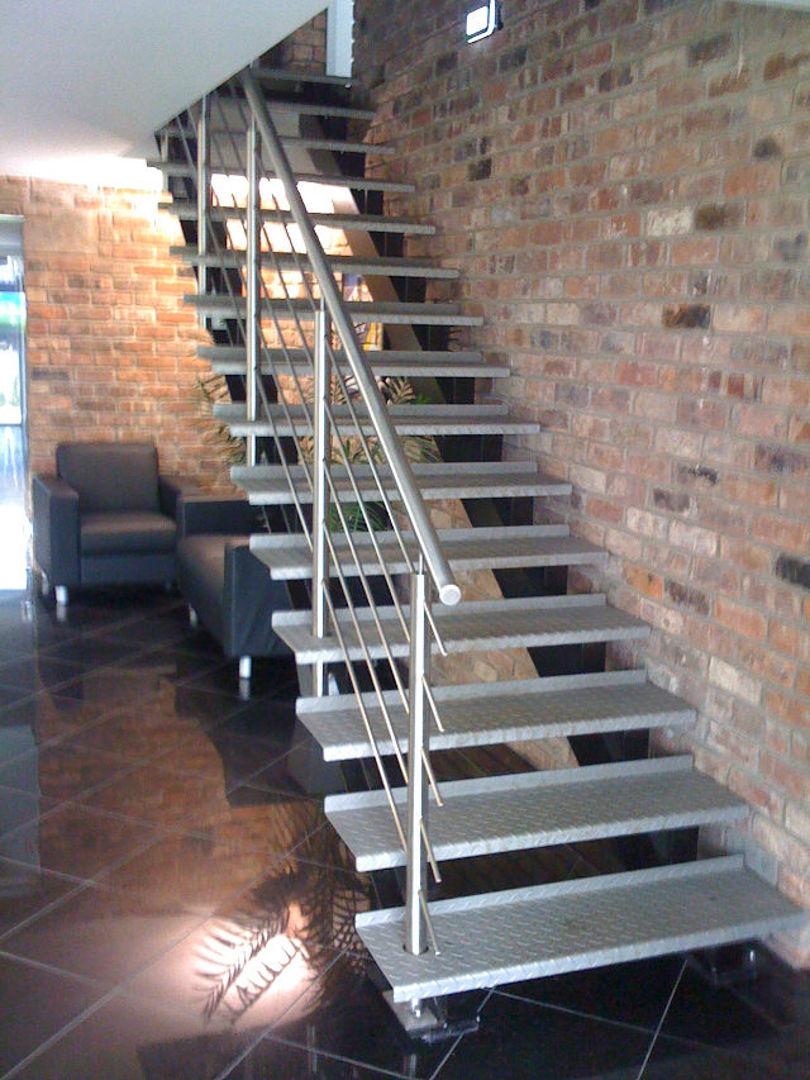 Лестница на косоурах с металлическими ступенями