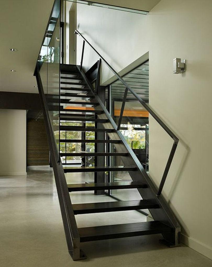 Лестница на второй этаж из металла с одним пролетом