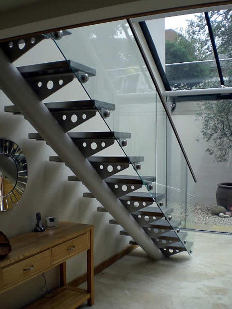 Лестница с одним косоуром из металлической трубы