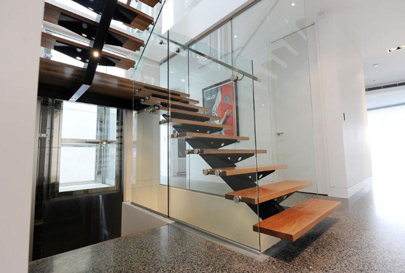 Металлическая лестница с площадкой и поворотом на 180 градусов