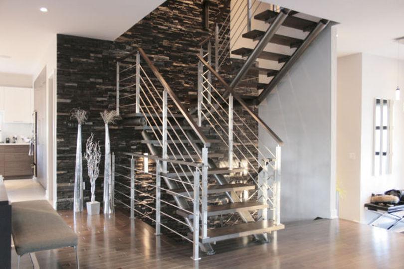 Красивая лестница на второй этаж на металлическом каркасе