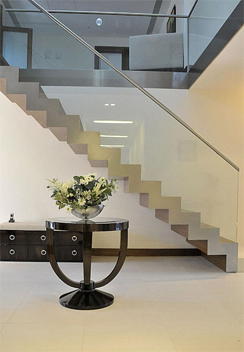 Лестница из металла со стеклянными перилами