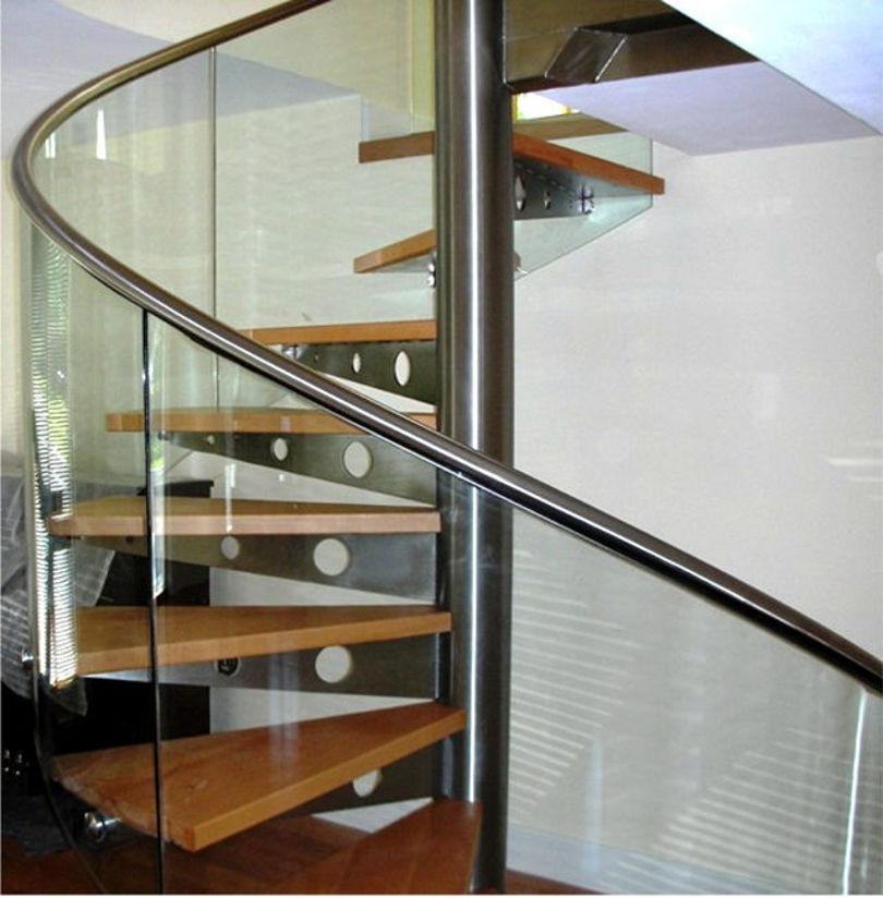 Винтовая лестница: каркас - металл, ступени - дерево, перила - стекло