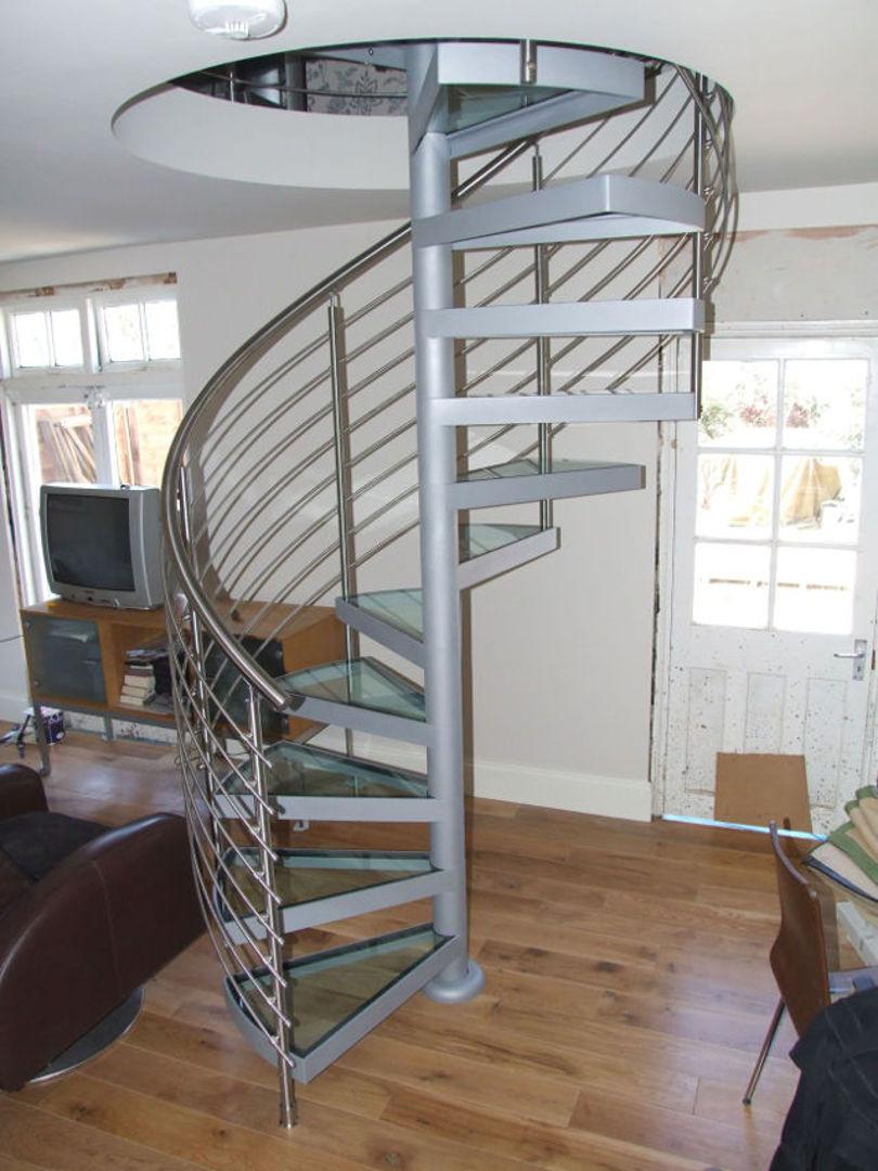 Винтовая лестница из металла со стеклянными ступенями